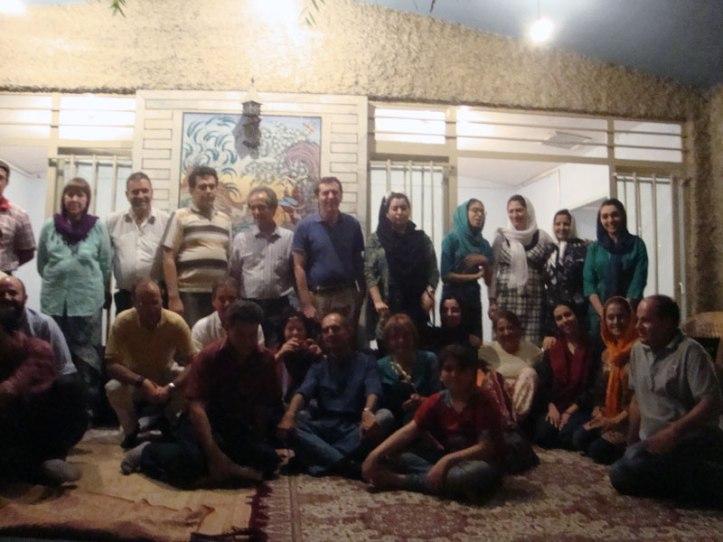 Grupo de amigos que viajaron con orienteviajes.com con una familia iraní