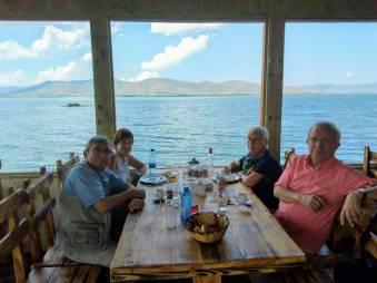 comiendo en el lago Sevan