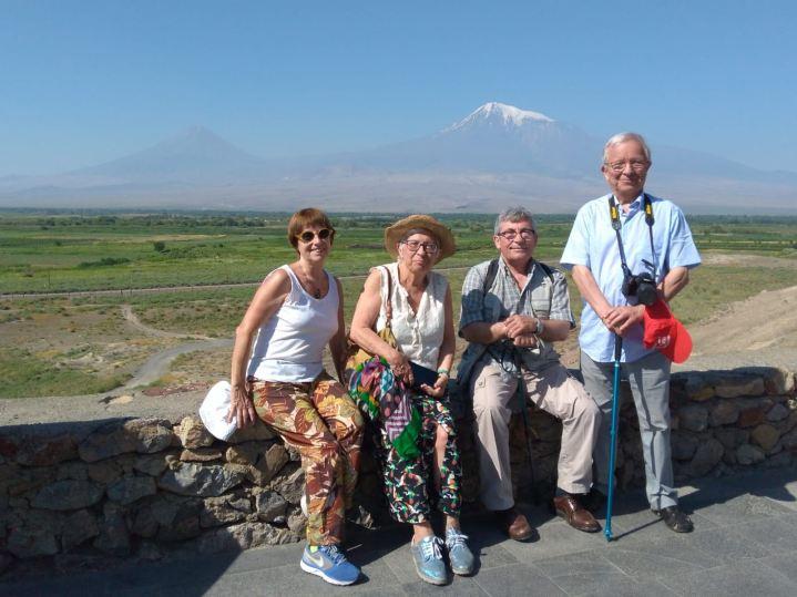 con el monte Ararat al fondo